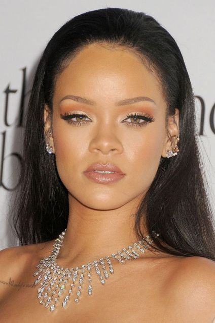 rihanna-makeup-lipgloss-lashes