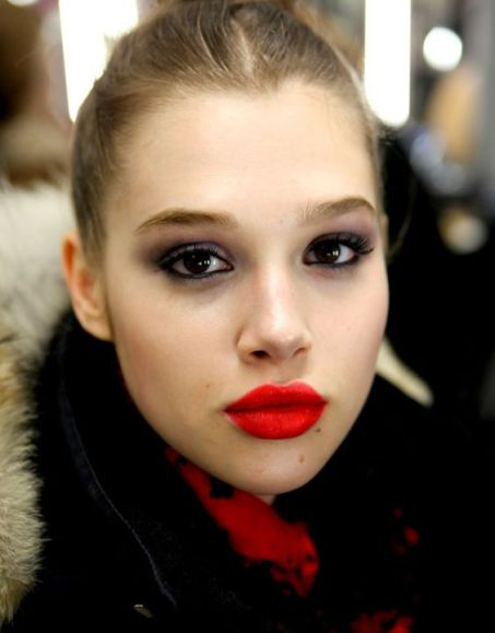 smokey-eyes-and-red-lips